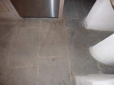 Recupero di un pavimento in pietra con evidenti macchie